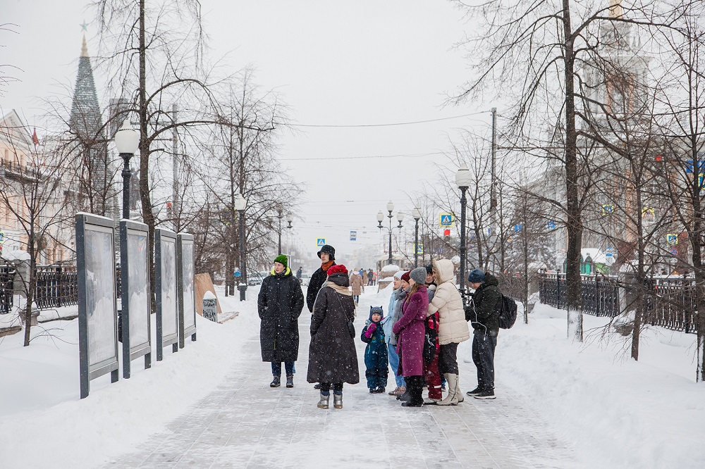 В Екатеринбурге прошла первая экскурсия-прогулка по выставке современной арт-критики